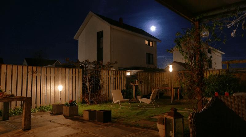 Cómo Iluminar el Jardín y Ahorrar en la Factura